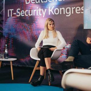 Celine Flores Willers spricht mit Andreas Holznagel und Andreas Weyert